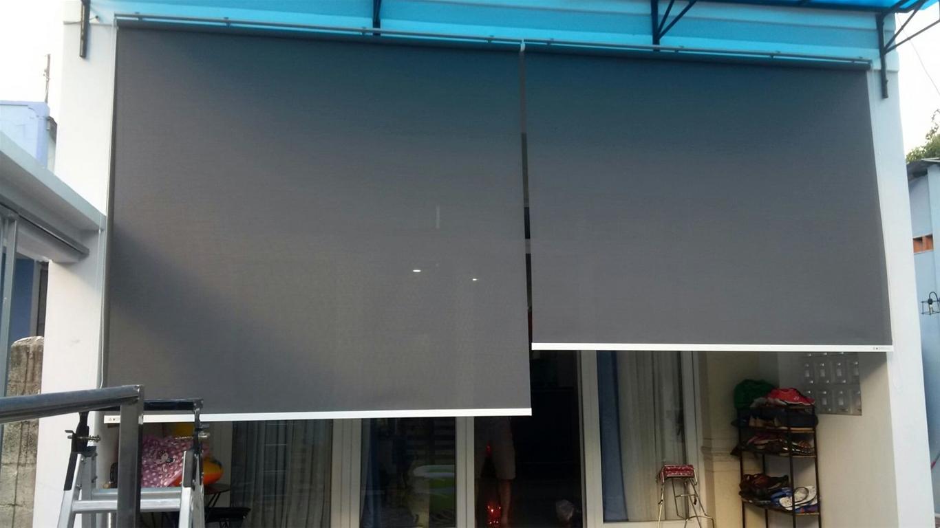 Rất khó để chọn rèm cửa thông thường cho ban công.